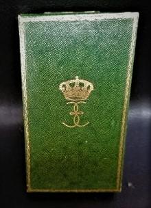 une boîte à médaille en identification au monograme royal de... 11869310