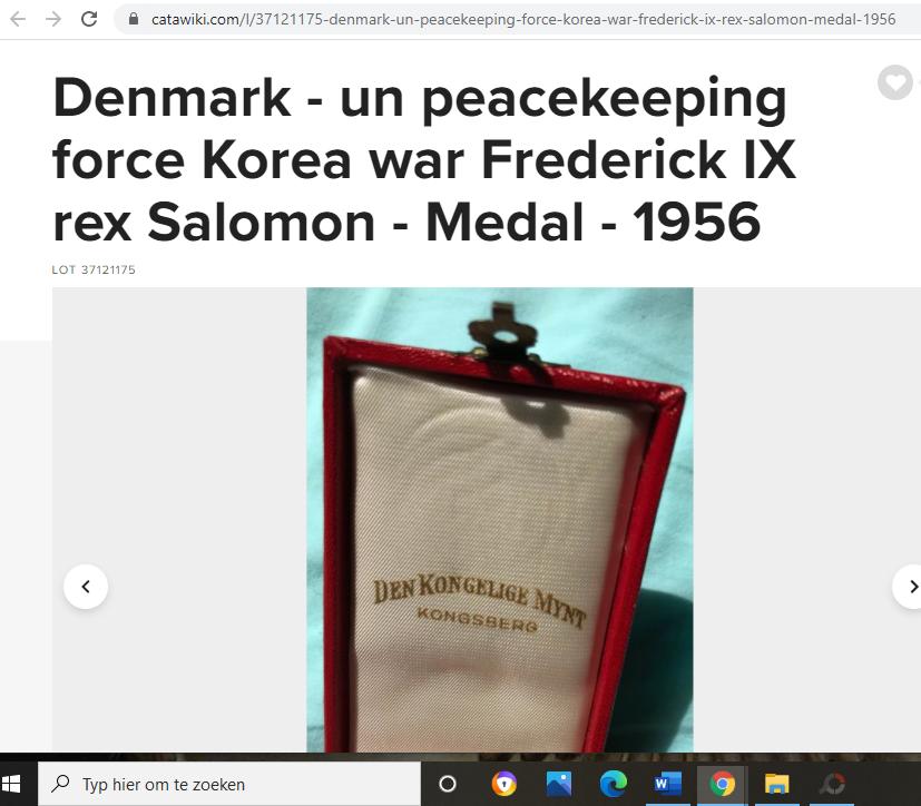 une boîte à médaille en identification au monograme royal de... Captur54