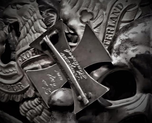 Faites nous des natures mortes de vos croix de fer !!! Img_2078