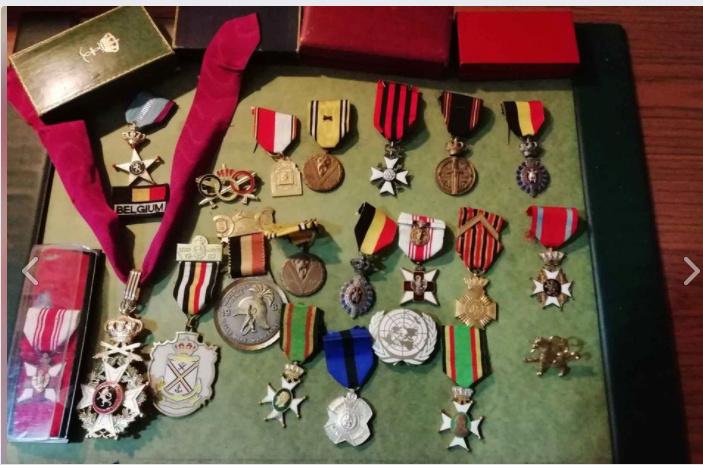 une boîte à médaille en identification au monograme royal de... Lot_me10