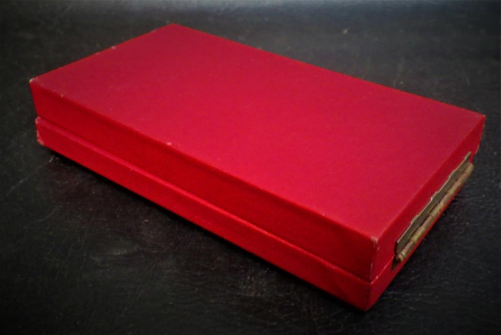 une boîte à médaille en identification au monograme royal de... Rimg4020