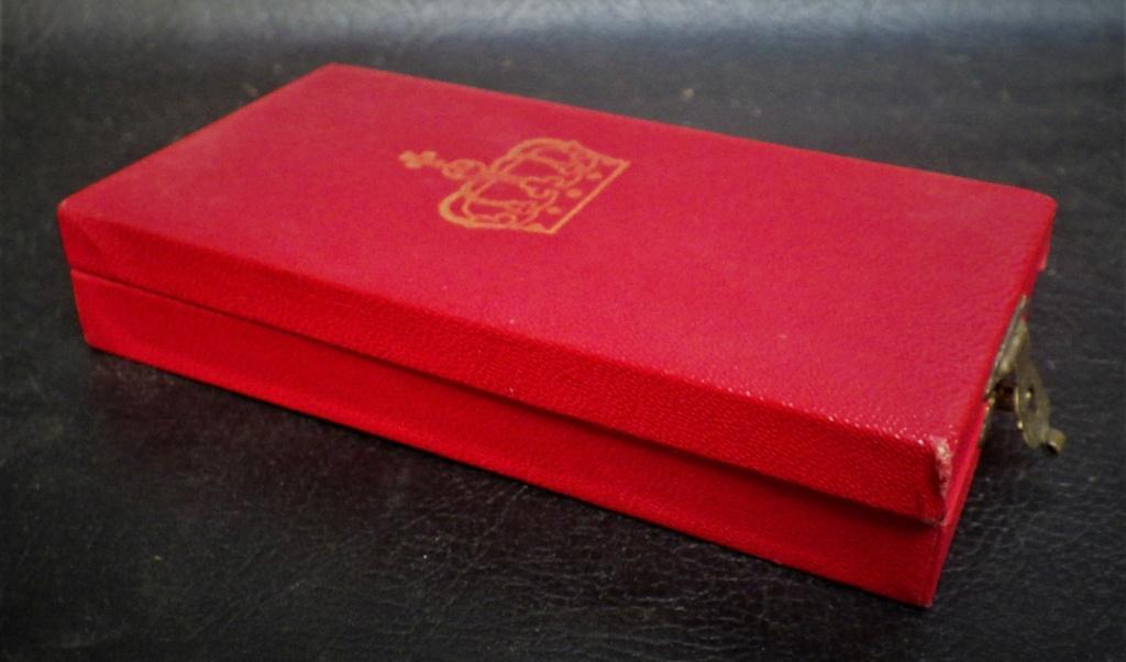 une boîte à médaille en identification au monograme royal de... Rimg4021