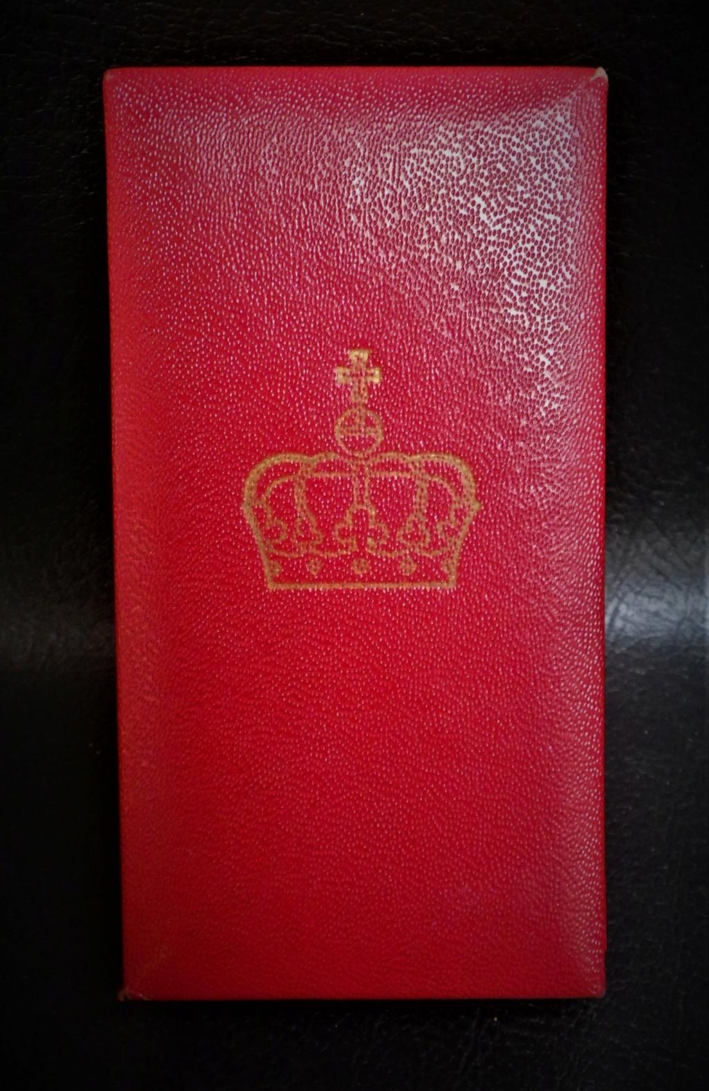 une boîte à médaille en identification au monograme royal de... Rimg4022