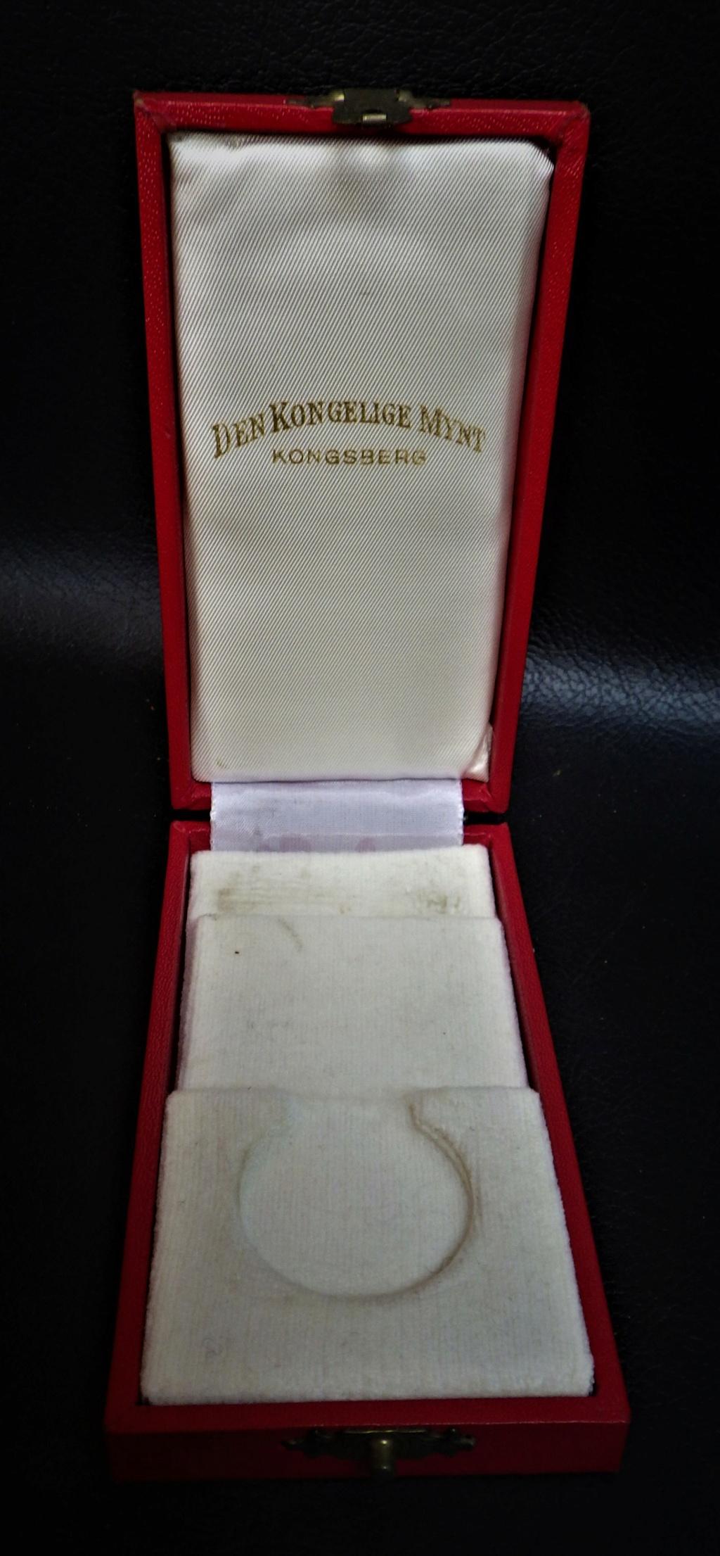 une boîte à médaille en identification au monograme royal de... Rimg4023