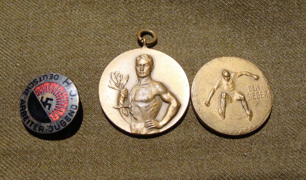 Insigne HJ 1er type et medailles sport Dsc05913