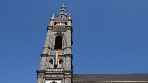 Autriche : Des prêtres opposés au Vatican brandissent le drapeau arc-en-ciel  Un-dra10