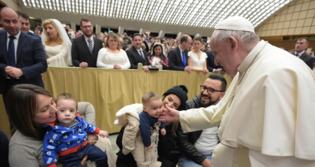 Tous les Mercredis : Audience Générale de notre Pape François!! - Page 2 Bzobzo11