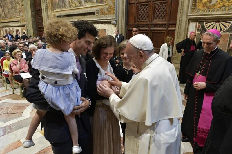 ✟Toute l'Actualité de notre Saint-Père le Pape François✟ - Page 15 Famill10