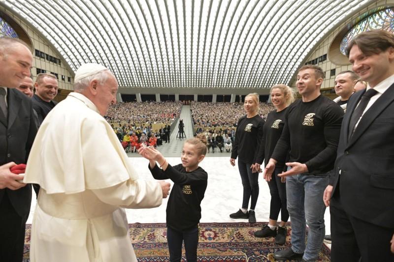 Tous les Mercredis : Audience Générale de notre Pape François!! - Page 2 Forain10