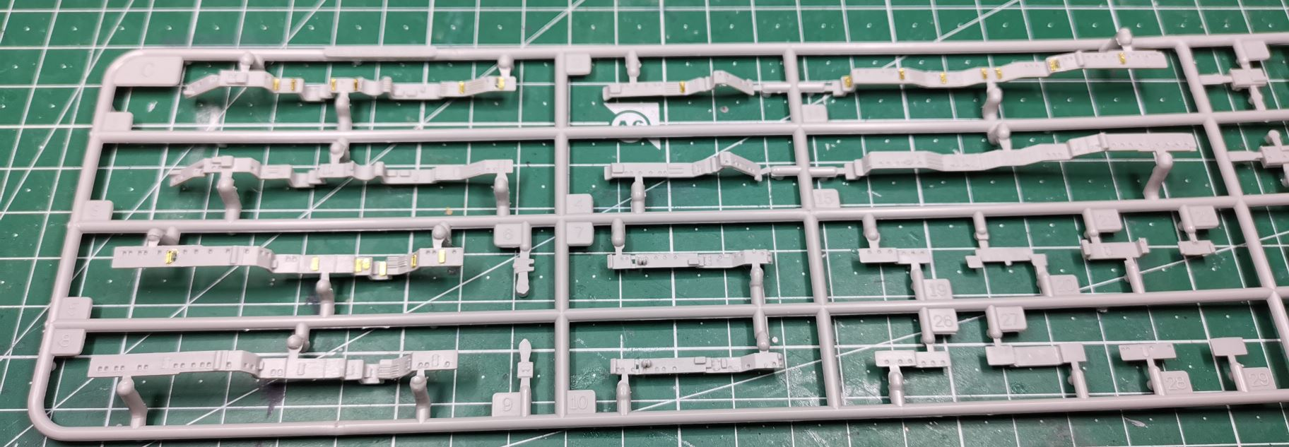 [TERMINE] Croiseur Prinz Eugen Trumpeter 1/700e, PE Flyhawk, pont en bois - Page 2 Portes12