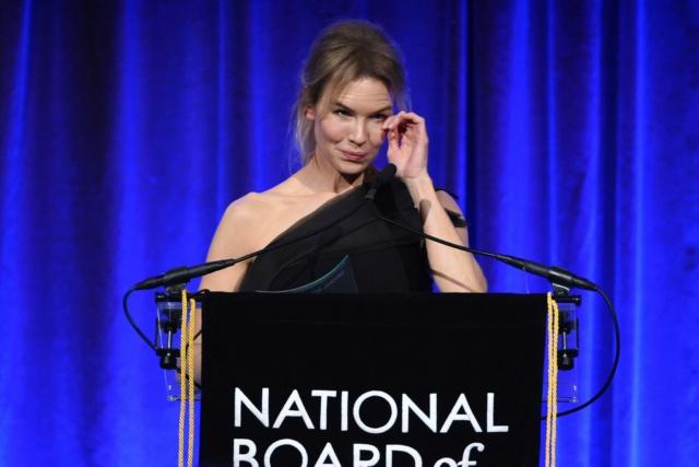 芮妮齊薇格《茱蒂》奪國家評論協會獎影后,為「她」淚灑頒獎禮 003aun12