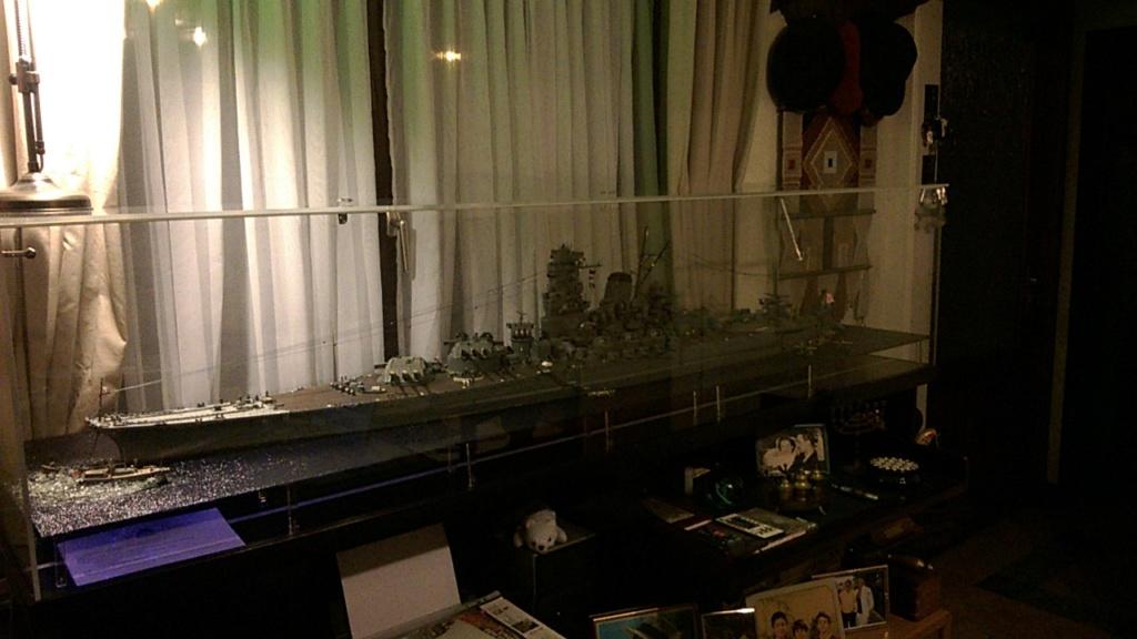 Yamato, un jour de janvier 1945 Modèle RC au 1/150 dans sa vitrine d'exposition Wp_20125