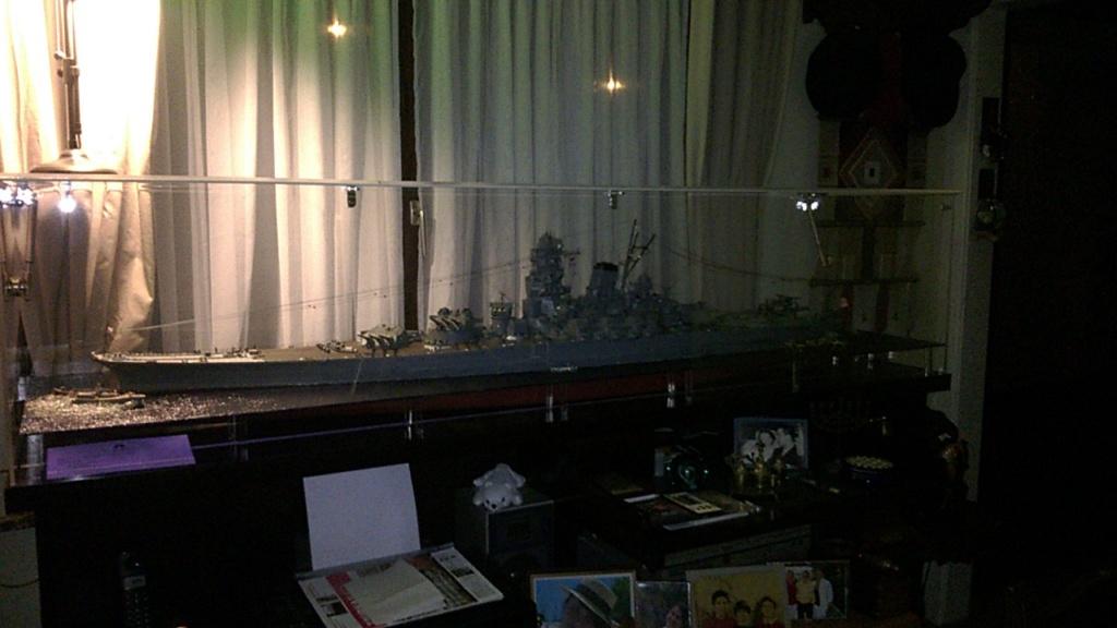 Yamato, un jour de janvier 1945 Modèle RC au 1/150 dans sa vitrine d'exposition Wp_20126