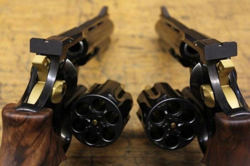 pistolet ou revolver spécifiquement gaucher? - Page 2 Lefty10