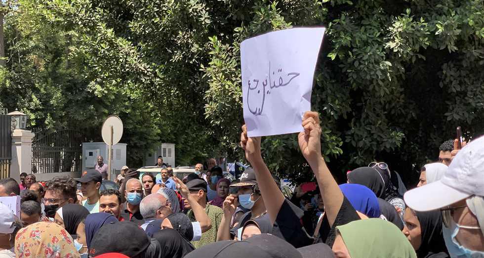 وقفة احتجاجية لجموع من طلاب الثانوية العامة و أولياء أمورهم  أمام مبنى التربية و التعليم احتجاحا على النتيجة  23142010
