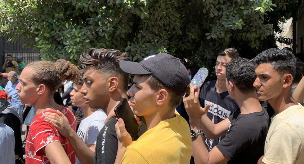 وقفة احتجاجية لجموع من طلاب الثانوية العامة و أولياء أمورهم  أمام مبنى التربية و التعليم احتجاحا على النتيجة  23168410