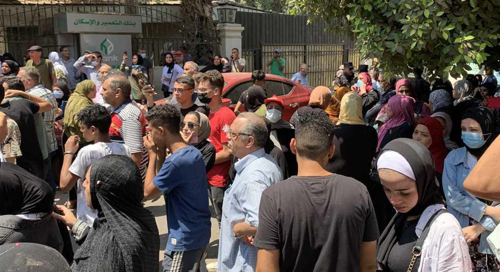 وقفة احتجاجية لجموع من طلاب الثانوية العامة و أولياء أمورهم  أمام مبنى التربية و التعليم احتجاحا على النتيجة  23953910