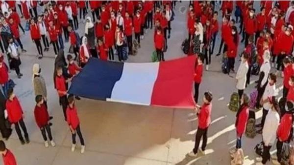 إحالة مديرة مدرسة رفع طلابها علم فرنسا فى الطابور بالخطأ 24487410