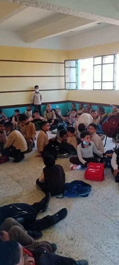 عزل مدير مدرسة بالخانكة لجلوس الطلاب على الأرض 24513710