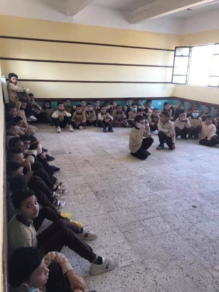 عزل مدير مدرسة بالخانكة لجلوس الطلاب على الأرض 24524810