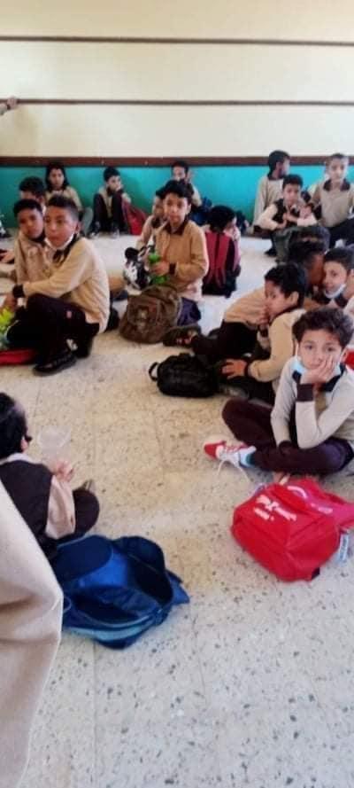 عزل مدير مدرسة بالخانكة لجلوس الطلاب على الأرض 24527210