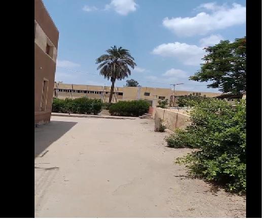 أهالى طالبة الثانوية العامة المتوفاة داخل لجنة بامتحان الفيزياء   أمام المستشفى لإتمام الإجراءات الله يرحمها Ao11