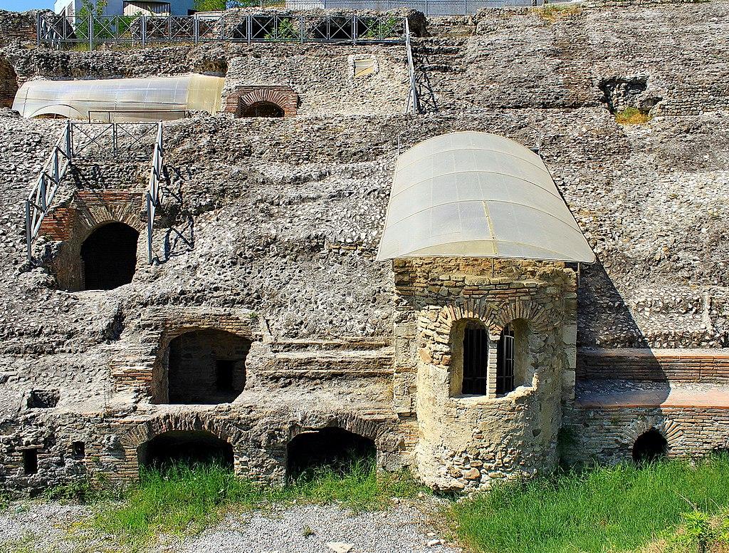 """Amphithéâtres romains : """"du pain et des jeux"""" - Page 3 Amfite10"""