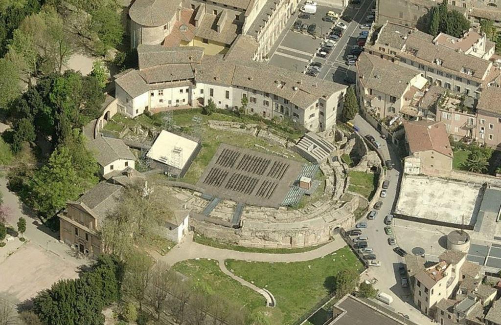 """Amphithéâtres romains : """"du pain et des jeux"""" - Page 3 Anf010"""