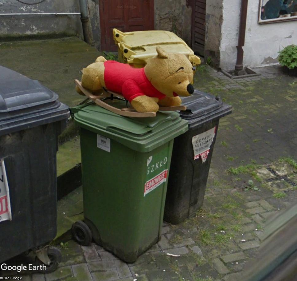 C'est pas bon signe : winnie sur une poubelle... Winnie10