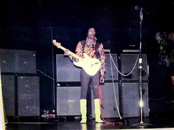 Kansas City (Municipal Auditorium Arena) : 1er novembre 1968  Jimi_k10