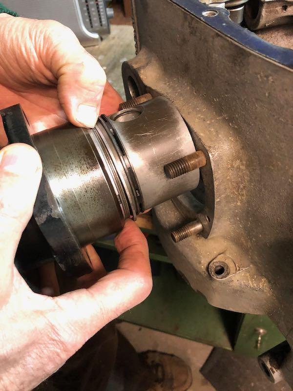 [RATIER C6S] Monter le piston dans le cylindre Img_6024