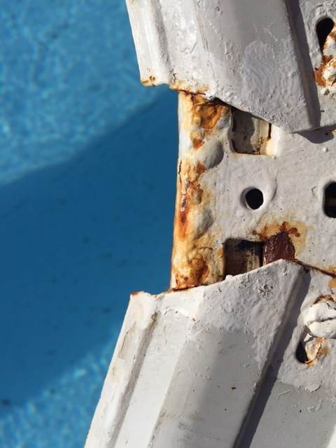 Rouille sur montants piscine hors-sol Img_7410