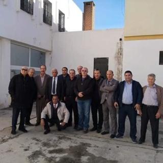 أعضاء اللجنة الوطنية للتصحيح المسار النقابي للاتحاد العام للعمال الجزائريين أثناء صياغة البيان 48045810