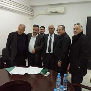 أعضاء اللجنة الوطنية للتصحيح المسار النقابي للاتحاد العام للعمال الجزائريين أثناء صياغة البيان 48269010
