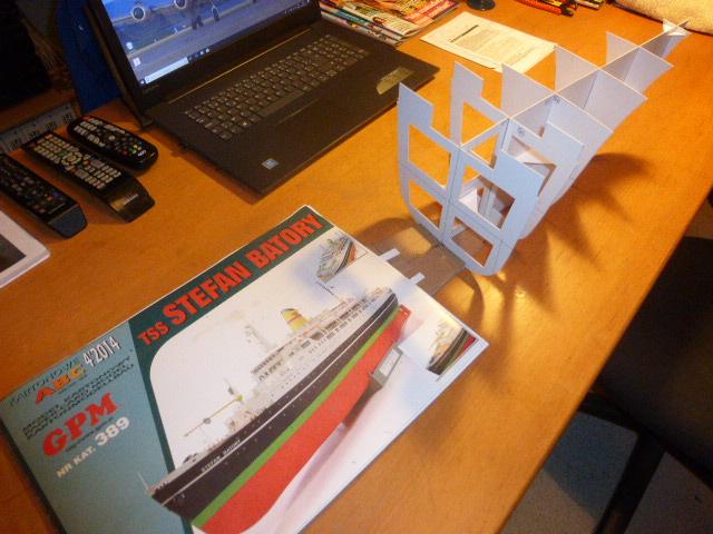 Paquebot MS Astoria au /100 ème modèle en bois et carton  P1020614