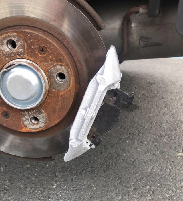 Plaquettes de frein. Manque support metallique et vis d'étrier A86e2a10