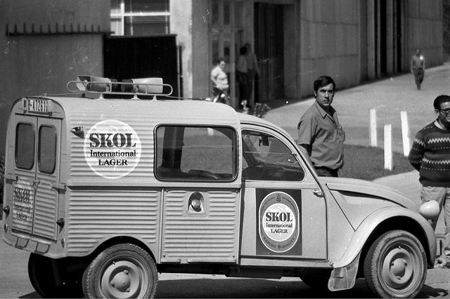 Photos et cartes postale 2cv camionnette  - Page 11 1_skol10