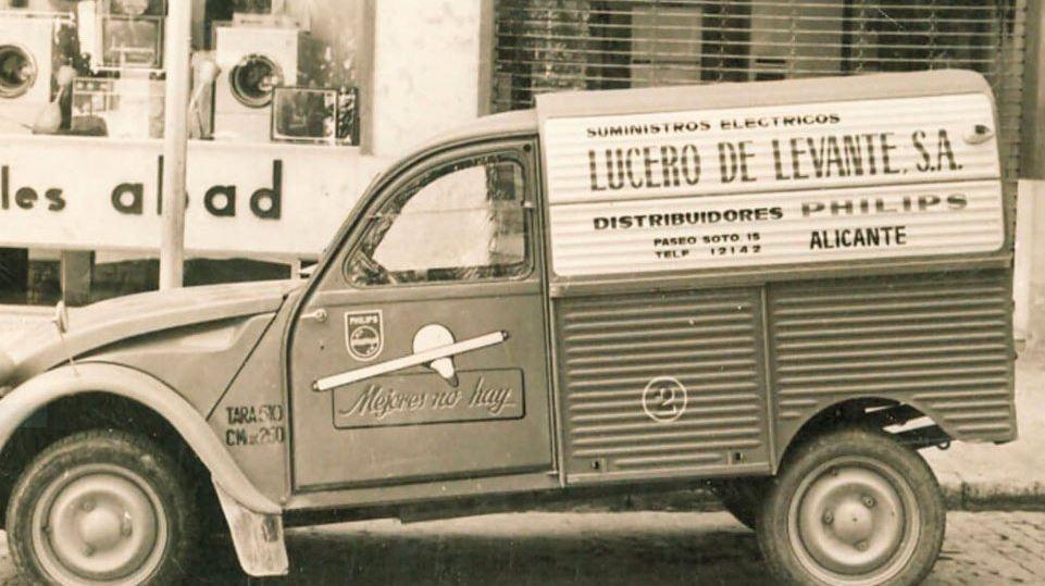 Photos et cartes postale 2cv camionnette  - Page 13 Lucero10