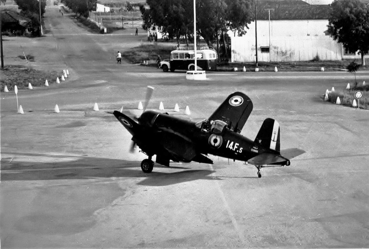 [Les anciens avions de l'aéro] F4 U7 Corsair - Page 28 34509-10
