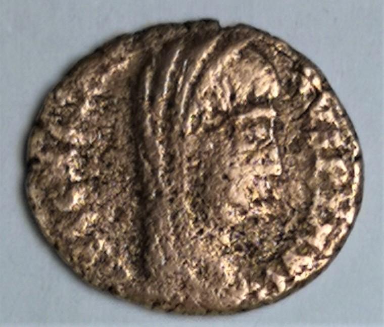 AE4 póstumo de Constantino I. VN - MR. Constantino velado. 410