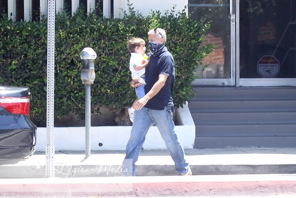 George takes Alexander to opthalmologist  in Los Angeles Lgn49221