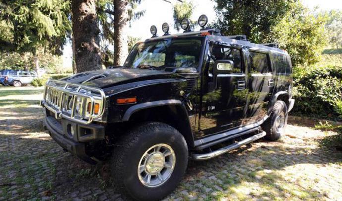 Insolite : le Hummer H2 de la famille Kadhafi abandonné sur un parking ! 46503910