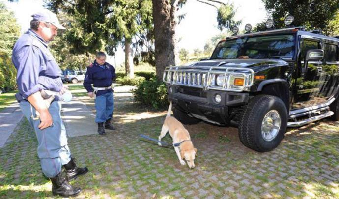 Insolite : le Hummer H2 de la famille Kadhafi abandonné sur un parking ! 46503911
