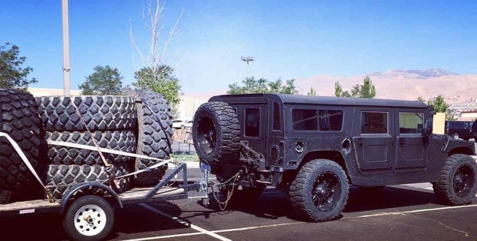 Attention à vos yeux en regardant ces photos du Hummer H1 de John avec des pneus aussi gros que son wagon pour équiper son F650 Ford  Fb_img43
