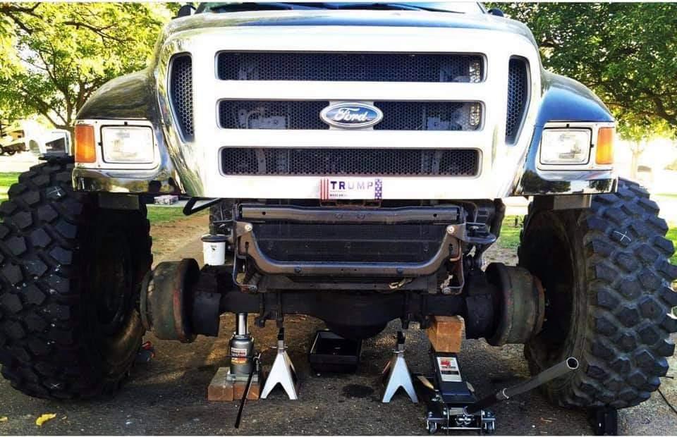 Attention à vos yeux en regardant ces photos du Hummer H1 de John avec des pneus aussi gros que son wagon pour équiper son F650 Ford  Fb_img44