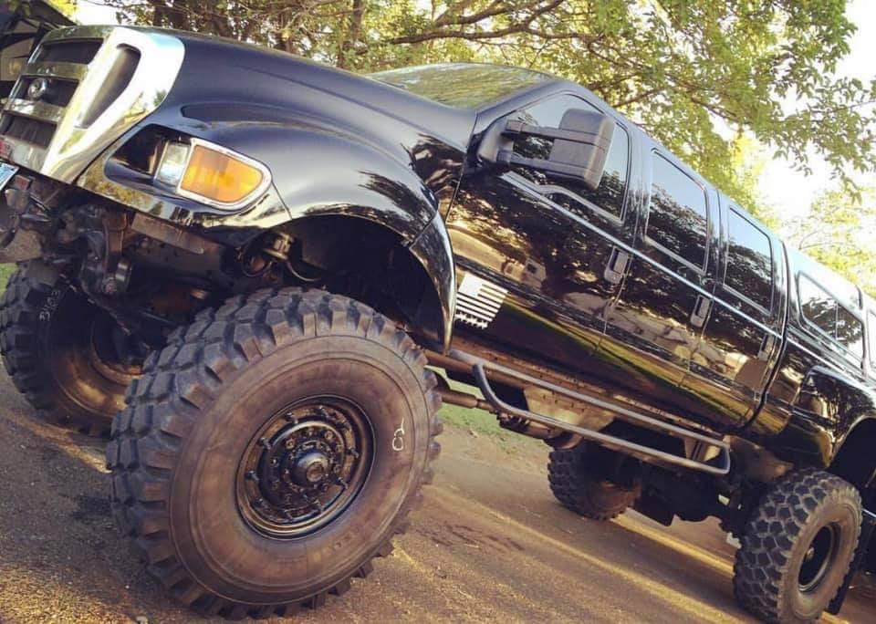 Attention à vos yeux en regardant ces photos du Hummer H1 de John avec des pneus aussi gros que son wagon pour équiper son F650 Ford  Fb_img45