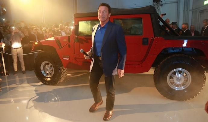 Arnold Schwarzenegger se balade en Hummer électrique Hummer24
