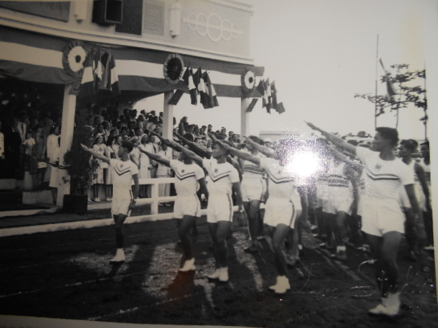 3 albums photos 1942 /43 resident supeieur au tonkin sous vichy Dscn6825