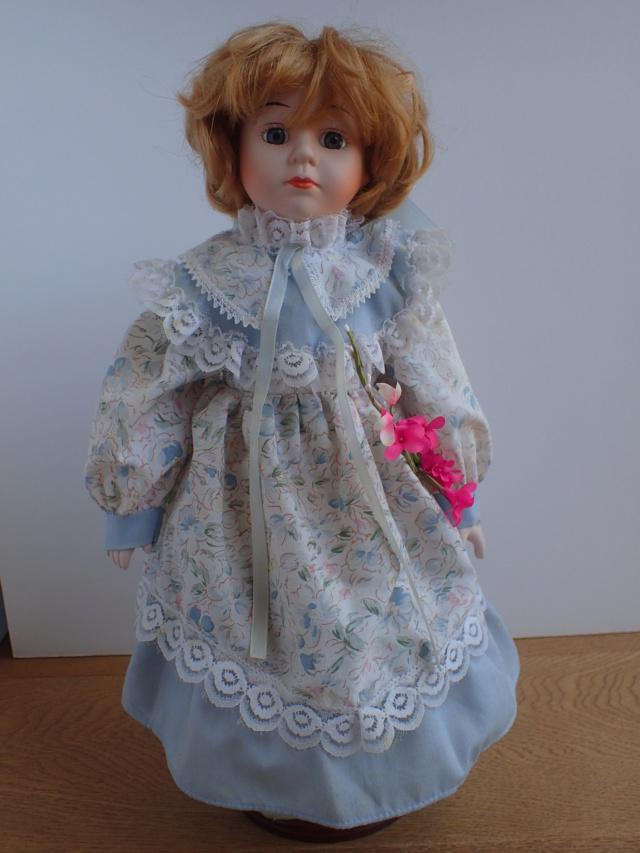 Donne 11 poupées de porcelaine P7209321