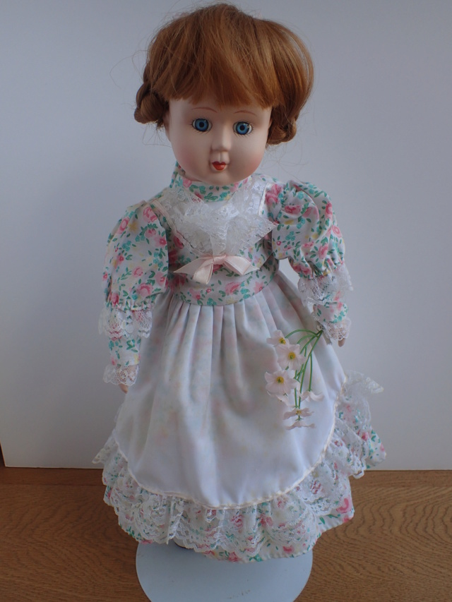 Donne 11 poupées de porcelaine P7209324